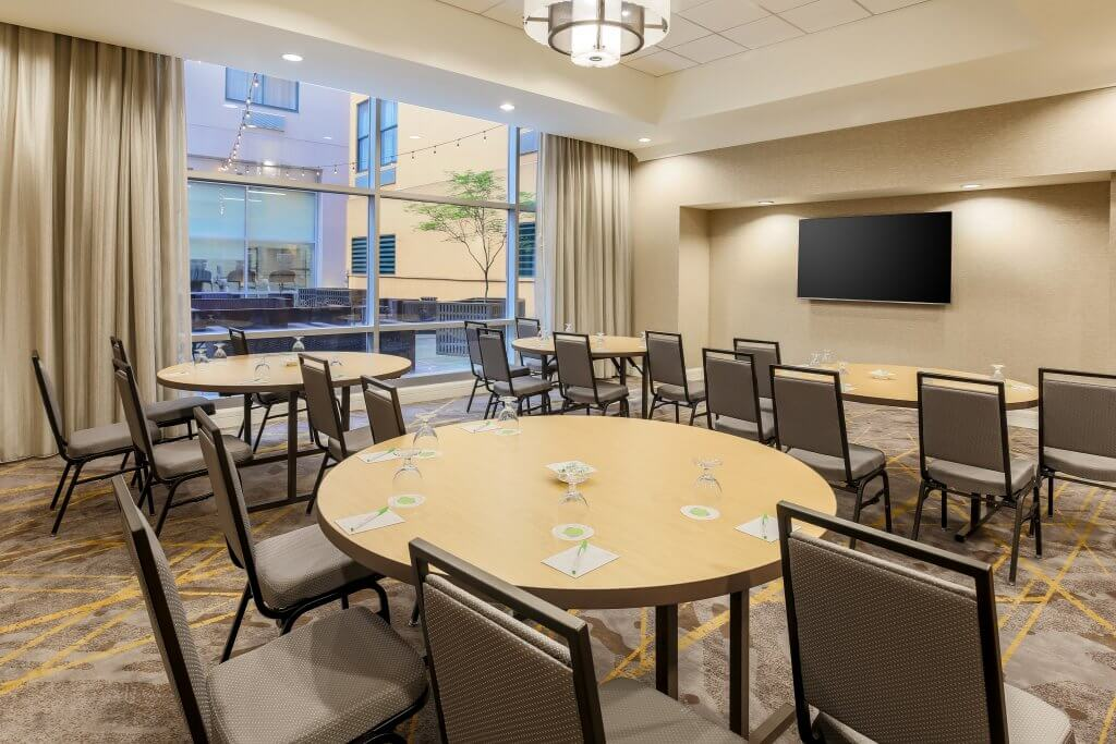 downtown pittsburgh courtyrd's meeting room